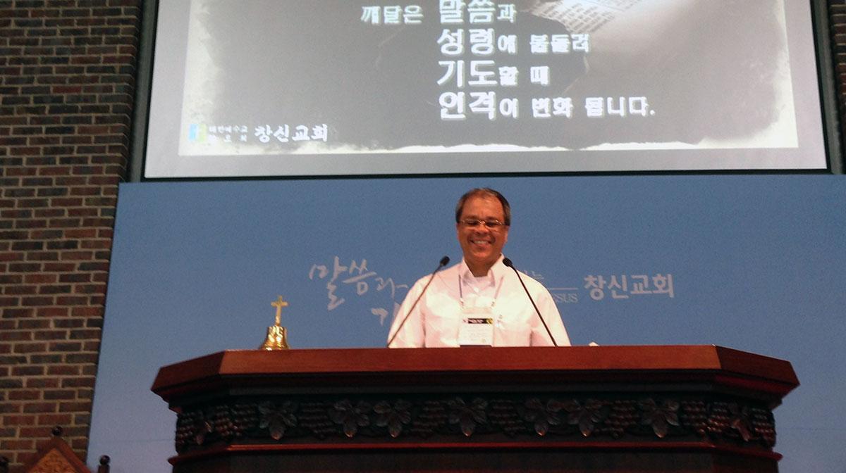 Eu no púlpito da igreja do Rev. San Sob Yoo